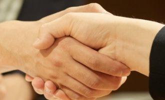 握手している風景