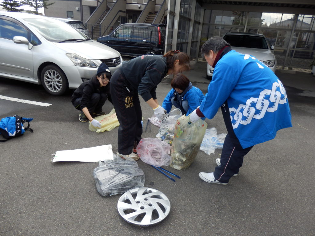 市内のゴミ拾いをしている写真