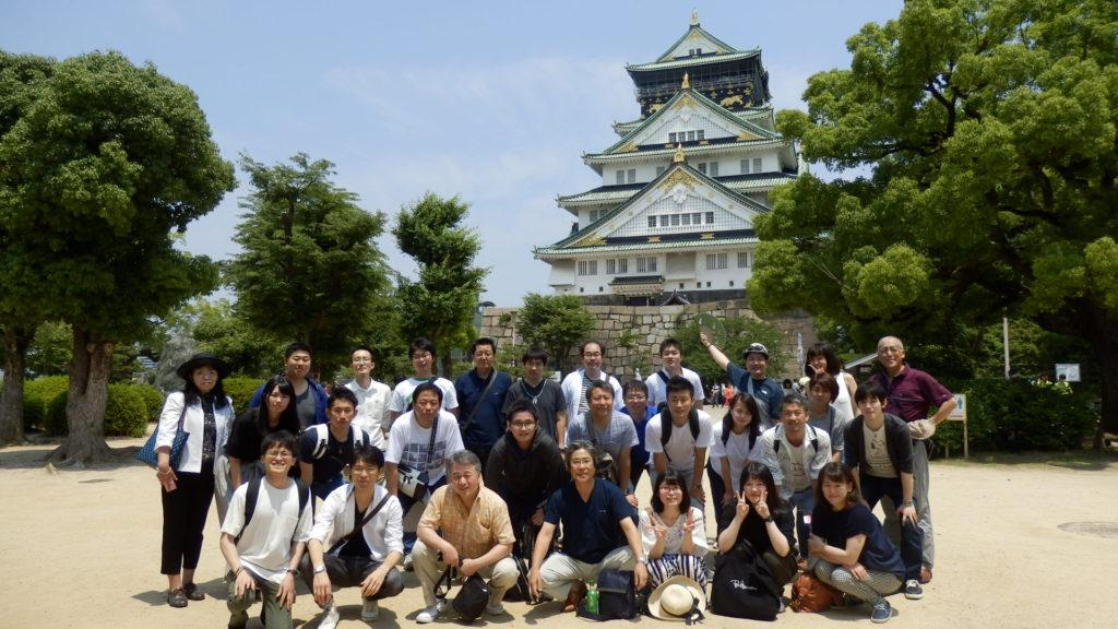 大阪城の前での記念撮影