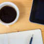 コーヒーとタブレット、ノート